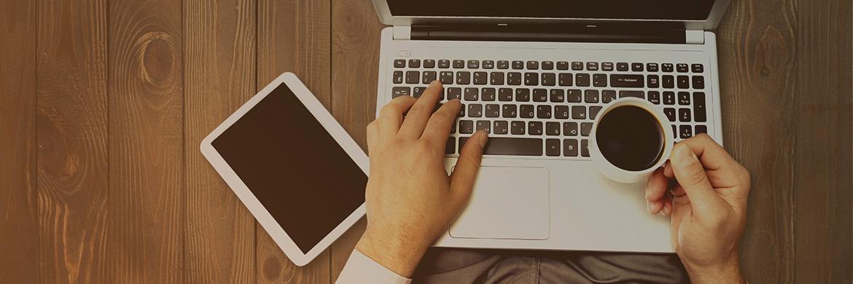 Home Office: Schreibtisch mit Laptop und Kaffee